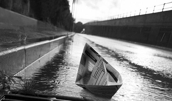 Bateau en papier flottant sur une rivière