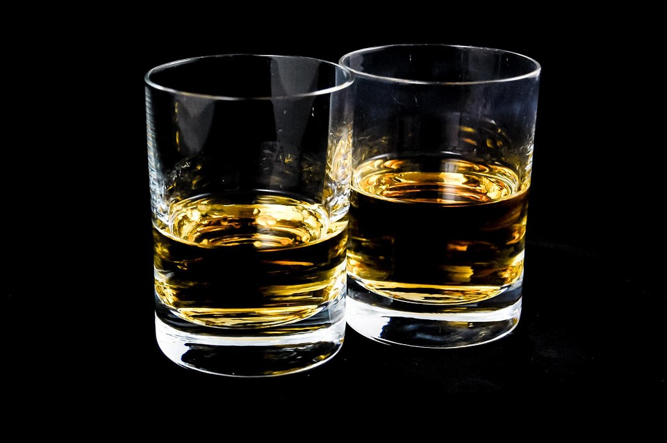 photo avec deux verres d'alcool