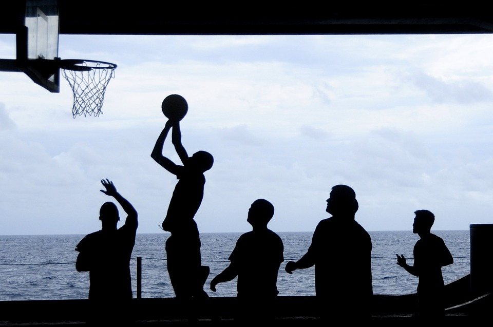 Jeunes qui jouent au basket ball
